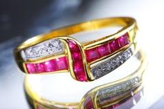 złocisty zamknięty złocisty pierścionek Zdjęcie Royalty Free