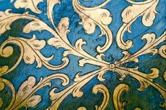Złocisty zawijasa projekt niebieska tła Zdjęcie Stock