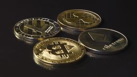 Złocistych monet waluty Bitcoin Ethereum Lietekoin crypto czochra na ciemnym tła wideo w drodze zdjęcie wideo