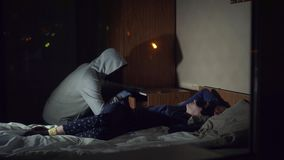 Złodziej przestępca w masce kraść w domu dokąd dziewczyna śpi zbiory wideo