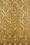 Złota ścienny laithai świątynia przy Thailand fotografia stock