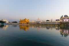 Złota świątynia przy Amritsar, Pundżab, India świętą ikoną i cześć miejscem Sikhijska religia, Zmierzchu światło odbijający na l fotografia royalty free