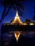 Złota świątynia przy nocnym niebem w Tajlandia Fotografia Stock