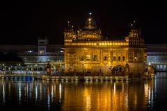 Złota świątynia w Amritsar przy nocą indu Zdjęcia Stock