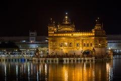 Złota świątynia w Amritsar przy nocą indu Obrazy Royalty Free