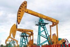 Złota żółta Nafciana pompa surowy oilwell takielunek obrazy stock