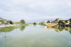 Złota żółta sieć rybacka zawieszał nad Thu bonu rzeką w Hoi, Wietnam zdjęcia stock