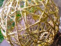 Złota barwiona piłka robić bawełna, dekoracja, nowego roku lub bożych narodzeń obrazy royalty free