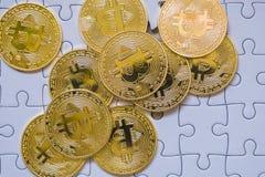 Złota Bitcoin moneta Cryptocurrency Brakujący wyrzynarki łamigłówki kawałki Biznesowego pojęcia Compliting definitywny zadanie Obraz Stock