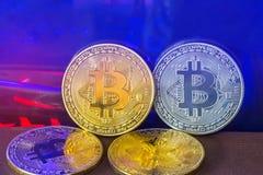 Złota bitcoin moneta i srebra bitcoin monety cyfrowy cryptocurrency z światłem komputerowy procesor deski tło Obraz Stock