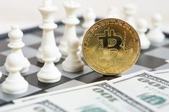 Złota bitcoin moneta symbolizuje elementy z szachową deską fotografia royalty free