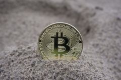 Złota bitcoin moneta w piasku fotografia stock