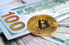 Złota bitcoin moneta z my dolara zbliżenie Zdjęcie Stock