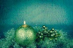 Złota boże narodzenie dekoracja z płonącą świeczką obrazy royalty free