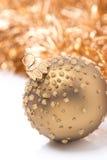 Złota Bożenarodzeniowa piłka i świecidełko, zakończenie, odizolowywający Zdjęcie Stock