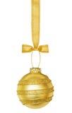 Złota Bożenarodzeniowa sfera z faborkiem zdjęcia stock