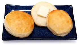 Złota Brown Puszysta maślanka Śniadaniowy Buscuits na Błękitnym naczyniu obraz stock