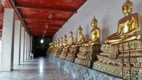 Złota Buddha rzeźba w przyklasztornym wokoło Ubosod w Wacie Pho świątynny Bangkok Tajlandia Fotografia Stock
