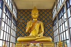 Złota Buddha statua w świątyni. Obraz Stock