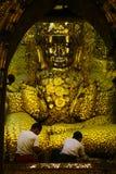 Złota Buddha statua przy Mahamuni świątynią fotografia stock