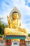 Złota Buddha statua przy Sanbanggulsa świątynią, Sanbanggulsa jest Jeju wysp ` najwięcej pięknej halnej świątyni obrazy royalty free