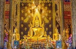 Złota Buddha statua w świątyni fotografia stock