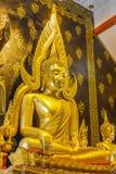 Złota Buddha statua w świątyni obrazy stock