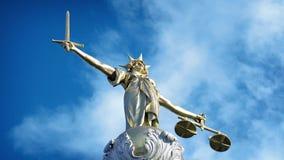 Złota damy sprawiedliwości statua na niebieskim niebie zdjęcie wideo