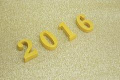 Złota drewniana liczba 2016 nad złocistym tłem, nowego roku concep Zdjęcia Royalty Free