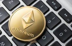 Złota ethereum moneta na notatniku obrazy stock
