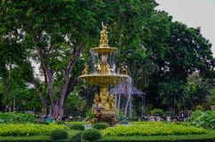Złota fontanna przy parkiem zdjęcia royalty free