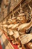 Złota garuda rzeźba przy Royal Palace Zdjęcia Royalty Free