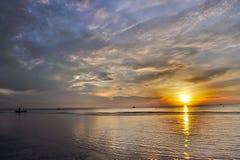 Złota godzina w Tajlandia, łódź na przedpolu magiczny wschód słońca zdjęcie royalty free