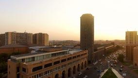 Złota godzina w Yerevan, widok z lotu ptaka na pojazdach rusza się blisko urzędu miasta, pejzaż miejski obraz stock