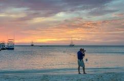 Złota godzina z żagiel łodziami na morzu zakotwiczającym Zdjęcia Royalty Free