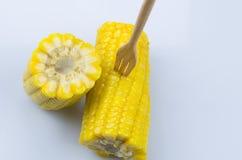 Złota gotowana słodka kukurudza na bielu gruntuje z woodenfork Obraz Stock