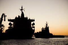 Złota holownik łodzi sylwetka zdjęcia stock