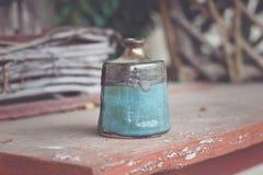 Złota i cyraneczki inkwell ceramiczny słój obrazy stock