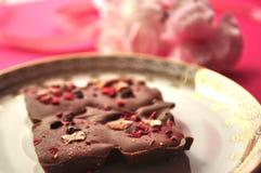 Złota i menchii porcelany spodeczek z rzemieślnik czekoladą na jaskrawym fuksj menchii tle z kopii przestrzenią Obraz Royalty Free
