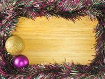 Złota i purpurowa plastikowa piłka i streamer na tle Zdjęcia Royalty Free