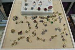 Złota i srebra kolczyki w gablocie wystawowej dla sprzedaży Zdjęcia Stock