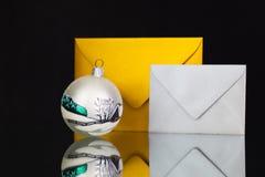 Złota i srebra koperty i Bożenarodzeniowa dekoracja Zdjęcie Stock