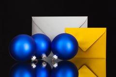 Złota i srebra koperty i Bożenarodzeniowa dekoracja Fotografia Royalty Free