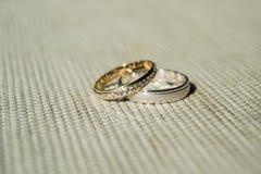 Złota i srebra obrączki ślubne nad powierzchnią Lekki tło i światło słoneczne Cienie zaznaczający 02 fotografia stock