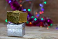 Złota i srebra prezenta pudełko Stawiający na drewnianej podłoga Zdjęcia Stock