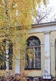 Złota jesień przy starym teatrem, Zhukovsky, Moskwa region, Rosja, Europa obraz stock