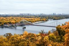Złota jesień w Kijów, Ukraina Widok na footbridge, rzecznej wyspie w Kyiv, Zaporoskiej i Trukhanov zdjęcia stock