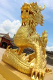 Złota kamienna smok statua w odcienia pałac, Wietnam Zdjęcie Royalty Free