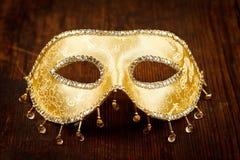Złota karnawał maska na stole Fotografia Royalty Free