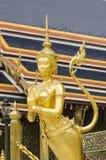 Złota Kinnari statua przy Królewską świątynią Szmaragdowy Buddha, Wat Phr zdjęcia royalty free